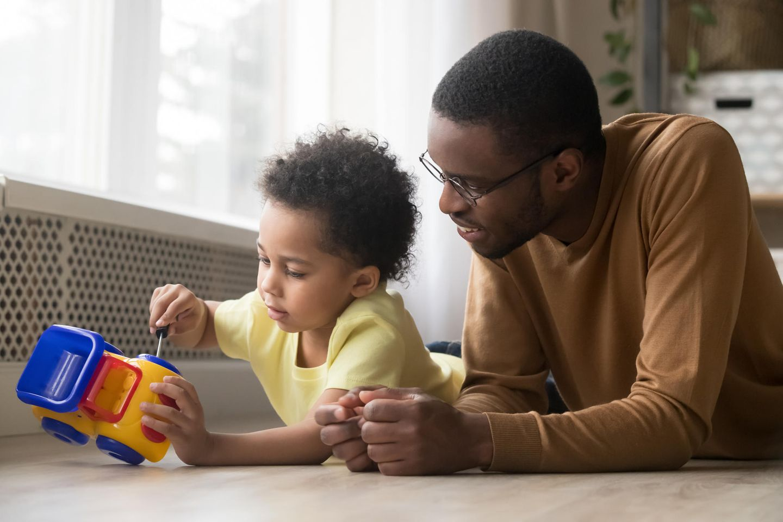 Vater und Kind sprechen und bauen