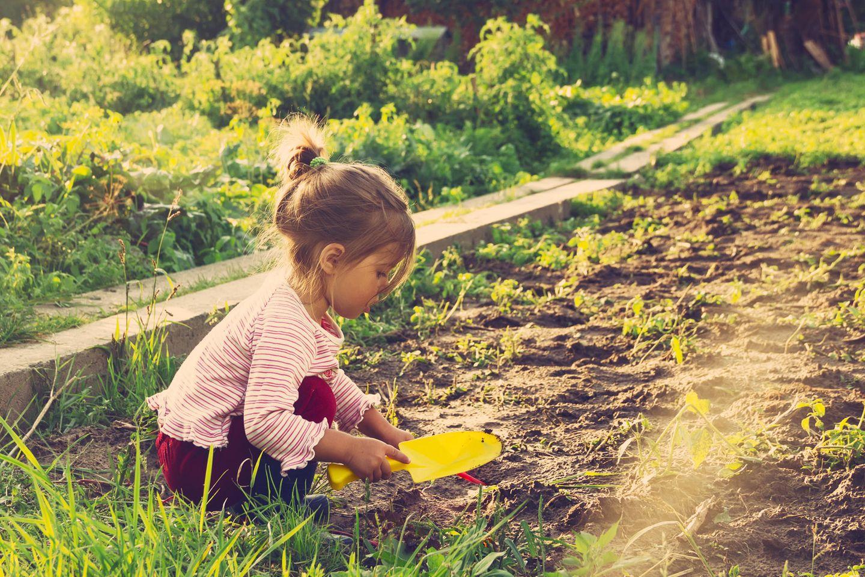 Interview mit Wild-Child Autorinnen: Mädchen gärtnert draußen
