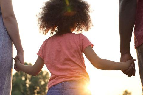 Betreuung nach Trennung: Kind hält Mutter und Vater an der Hand