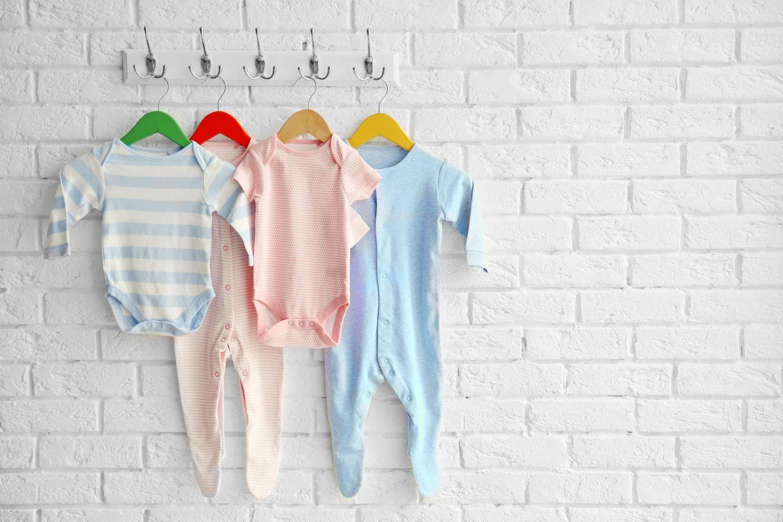 Babygrößen: Bodys und Strampler am Kleiderhaken