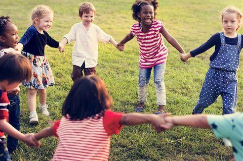 Kinder halten sich an den Händen