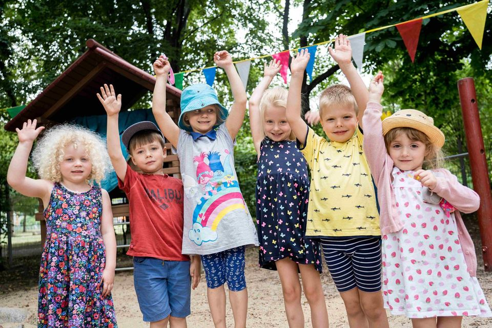 Kitapreis 2022: Kinder reißen die Arme hoch