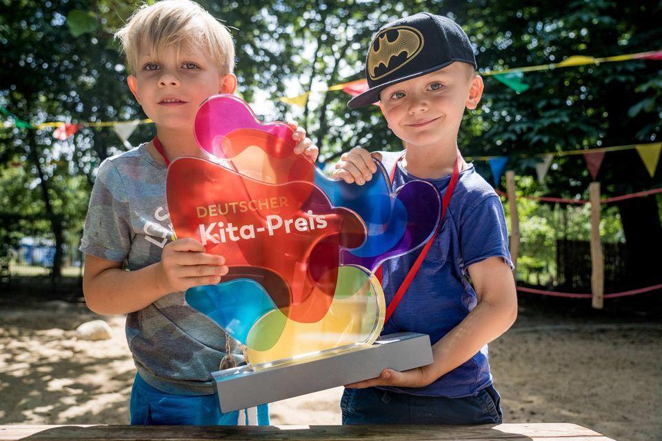 Kitapreis 2022: Kinder halten Preis in den Händen