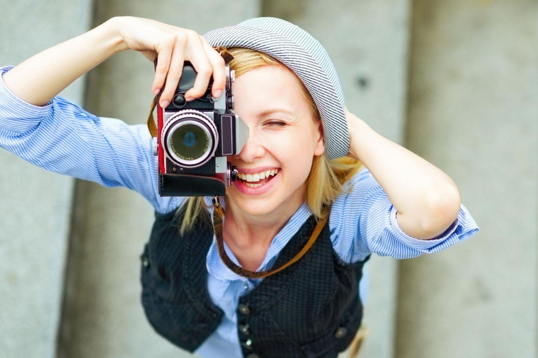 Umfrage: Mädchen mit Kamera
