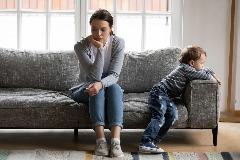 Mutter mit Sohn auf Sofa
