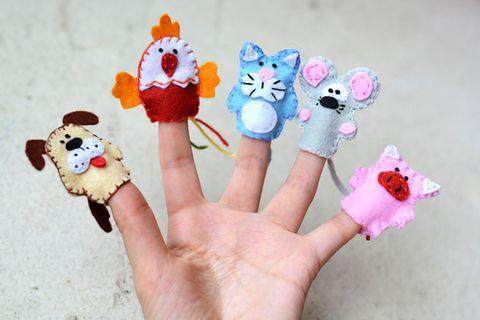 Himpelchen und Pimpelchen: Fingerpuppen an einer Hand