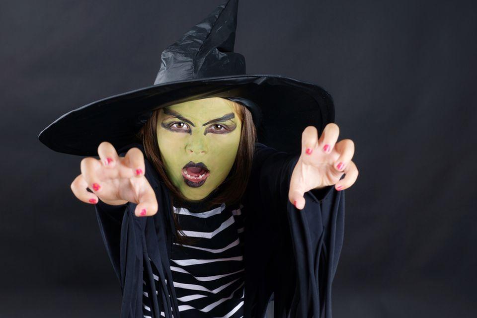 Hexe schminken: Kind mit Hexen-Make-up