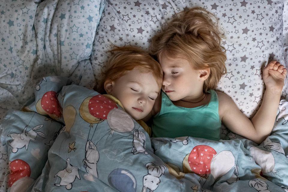 Kinder kuscheln im Bett
