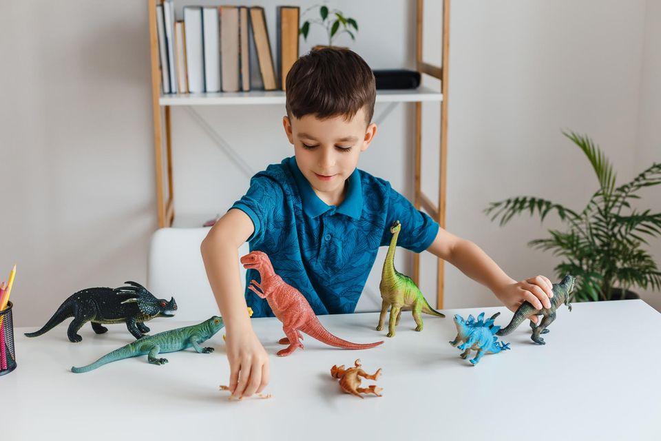 Kind spielt mit Dinos