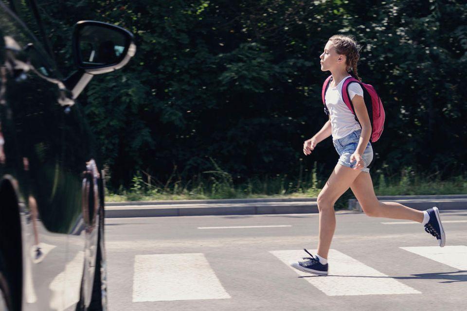 Mädchen läuft über die Straße
