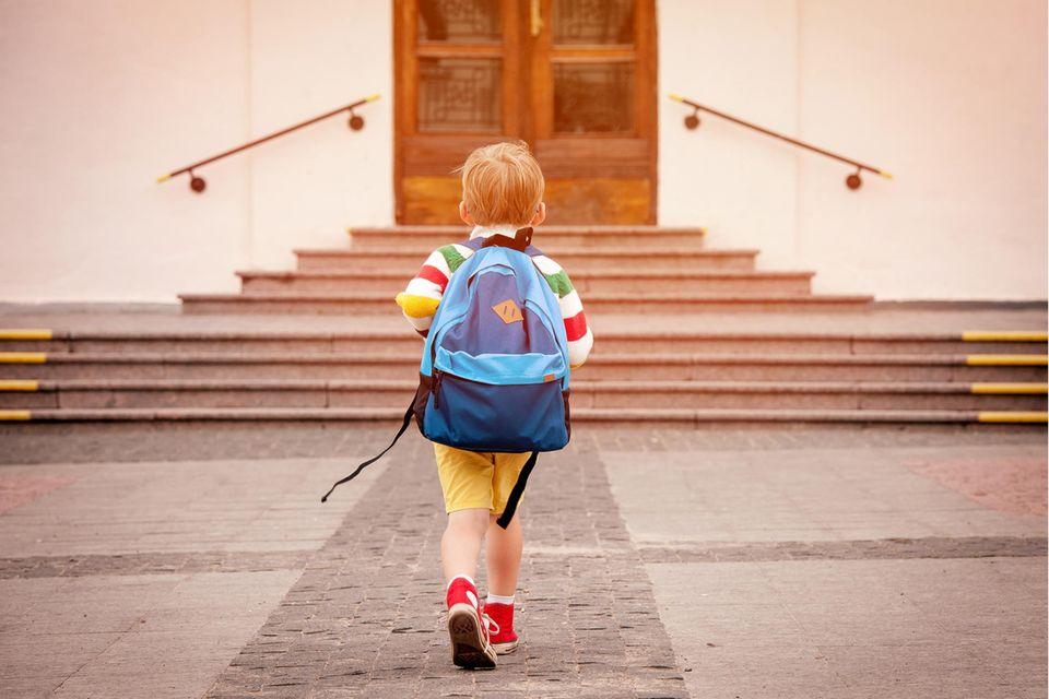 Junge läuft zur Schule