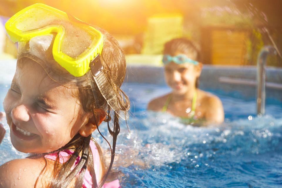 Kinder spielen im Wasser im Schwimmbad