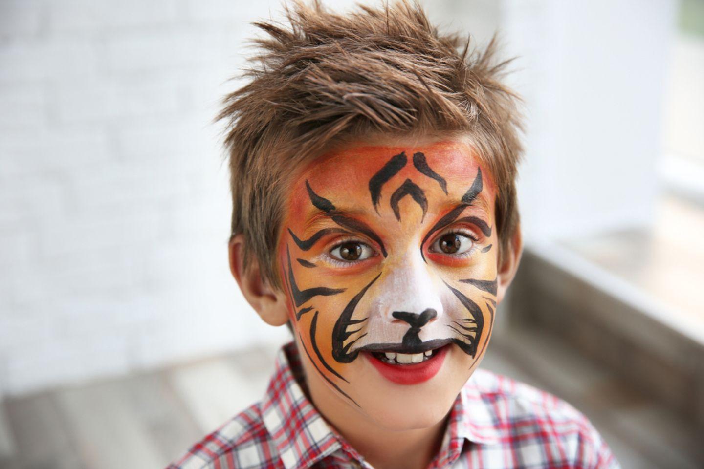 Tiger schminken: Junge mit Tiger Make-up