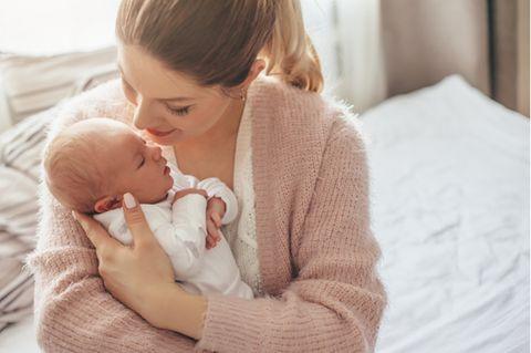 Engelwurzbalsam Baby: Frau hält Baby im Arm.