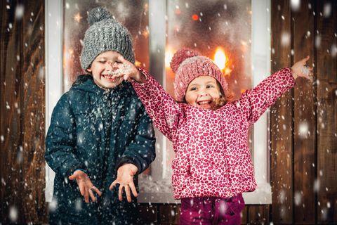 Zwei Kinder glücklich im Schnee