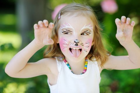 Katze schminken: Kleines Mädchen als Katze geschminkt.