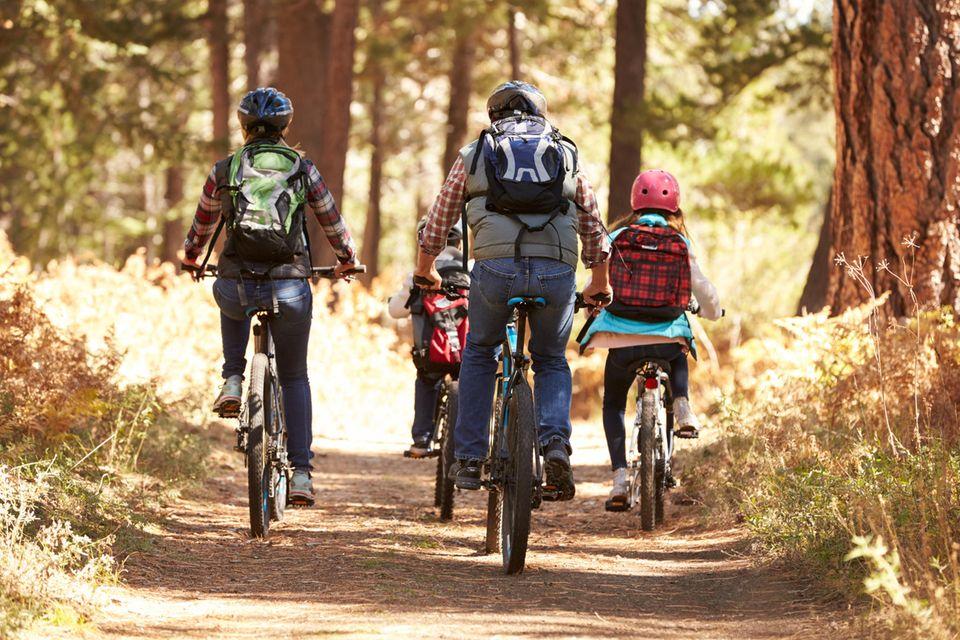 Familie fährt gemeinsam Fahrrad