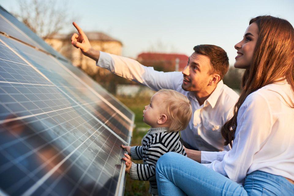 Familie vor einer Solaranlage