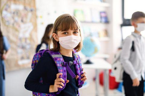 Corona und Schule: Mädchen mit Maske