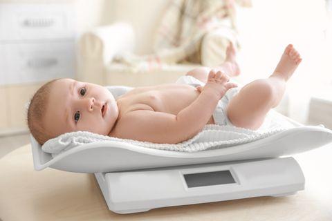Gewicht Baby: Baby liegt auf der Waage