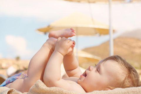 Baby im Sommer im Schatten