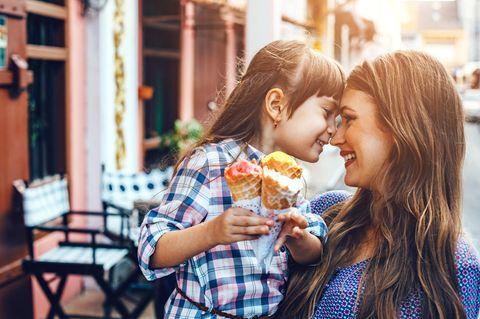 So viel kostet ein Kind wirklich: Tochter mit Mutter