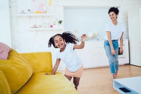 Parenting Index: Frau und Kind tollen herum