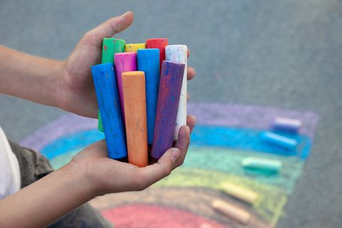 Kreide selber machen: verschieden farbige Kreidestifte