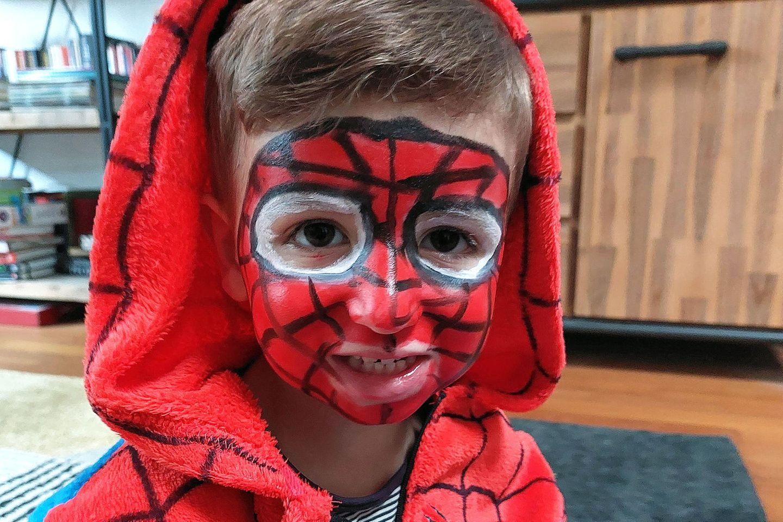 Kleiner Junge in Spiderman-Kostüm mit Make-up