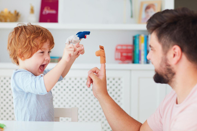 Fingerspiele: Vater und Sohn machen ein Fingerspiel