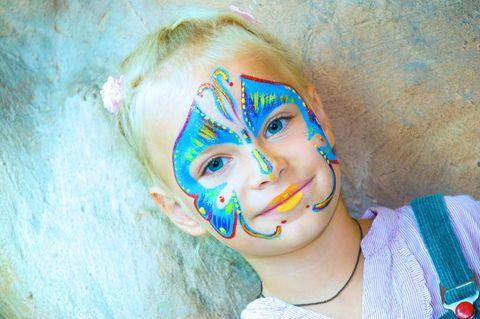 Schmetterling schminken: Mädchen mit Schmetterling Make-up