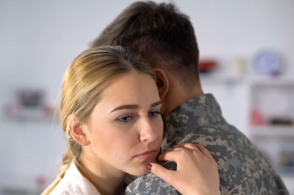 Fehlgeburt: trauriges Paar umarmt sich