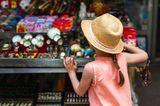 Kind auf dem Flohmarkt