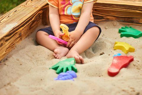 Frankfurt: Kind sitzt im Sandkasten