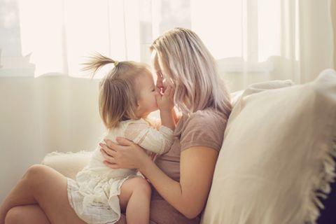 Elternzeit beantragen: Frau mit Tochter