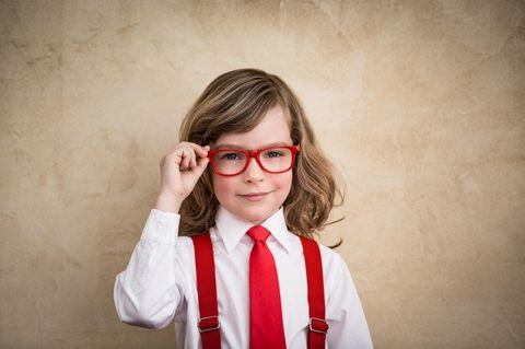 Horoskop: Kind mit Brille und Hosenträgern