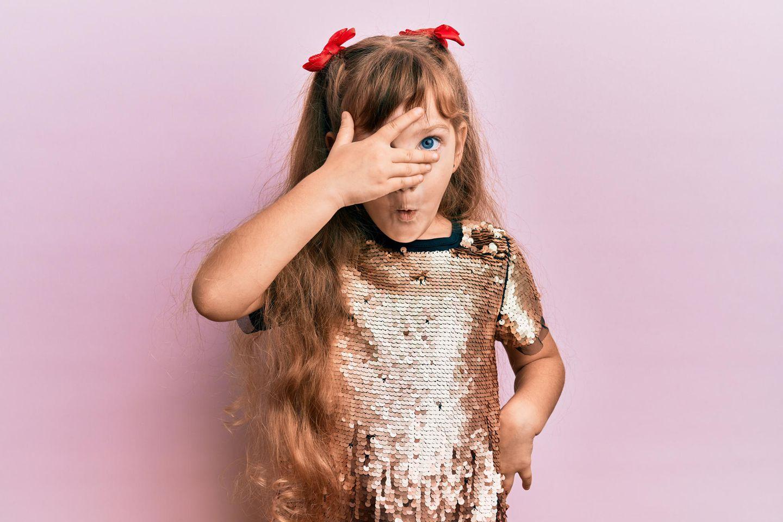 Wie reagieren Kinder, wenn sie aufgeklärt werden: Kind hält Hand vor Gesicht