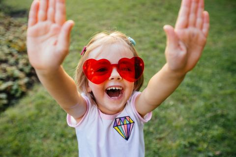 55. Jubiläum von ELTERN: Glückliches Mädchen mit Sonnenbrille