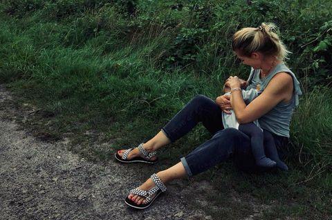 Stillende Promimütter: Nina Bott mit Baby