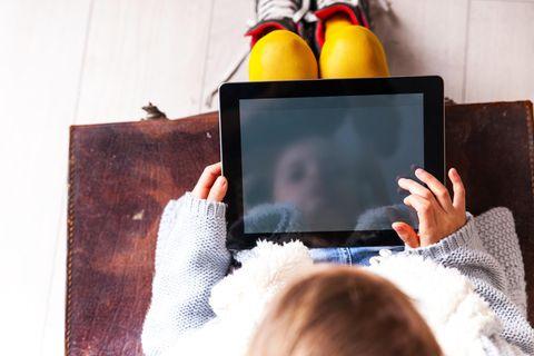 Medienmonitor 2021: Kind hat Tablet auf dem Schoß