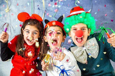 Verkleidete Kinder auf Party