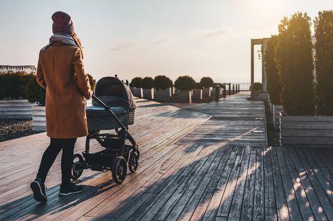 Frau8 mit Kinderwagen am Steg