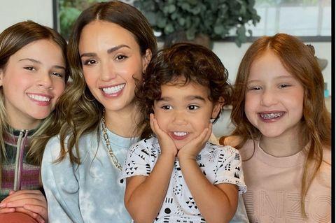 Jessica Alba mit ihren Kinder Honor (l.), Hayes und Haven (r.)