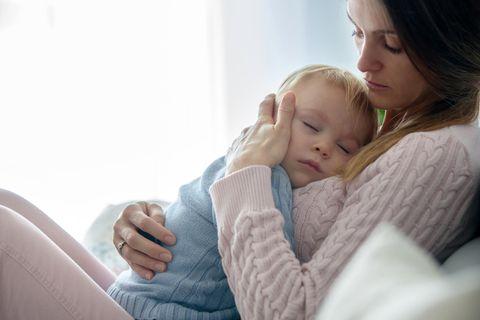 Wadenwickel Baby: Mutter hält ihr krankes Kind
