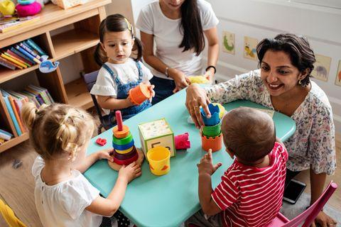 Wahl-O-Mat: Betreuerin in der Kita beim Spielen mit Kindern
