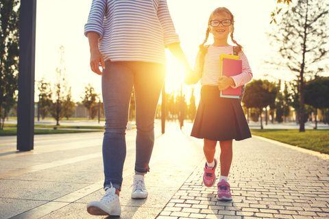 Elterntypen: Frau hat Kind an der Hand