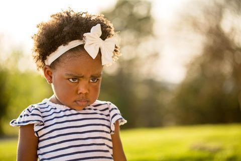 Ein Kind hat einen schmollenden Gesichtsausdruck.