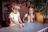 Kinder spielen ein Kartenspiel