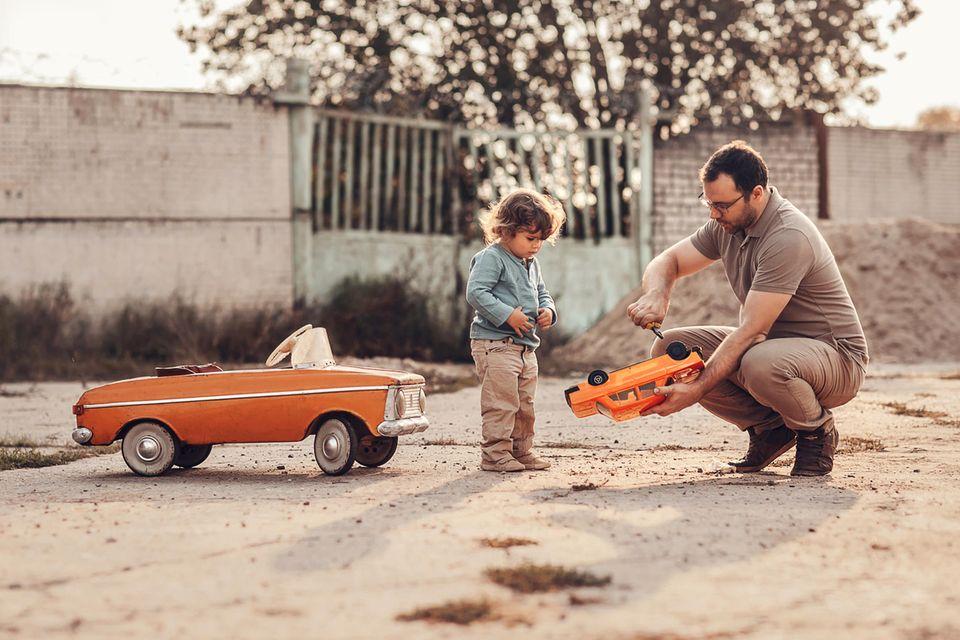 Sachen reparieren: Vater repariert Spielzeugauto