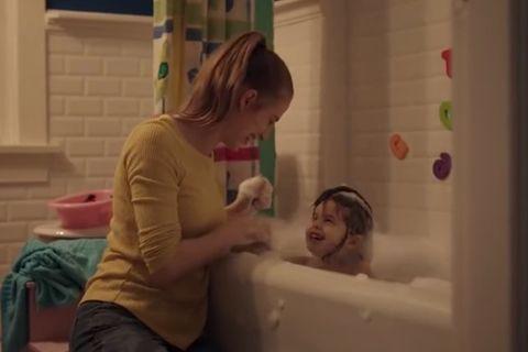 Kinder werden schnell groß: Mama spielt mit Tochter in der Badewanne
